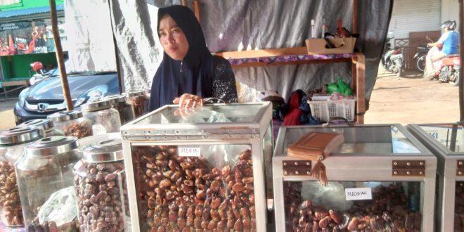 Penjual Kurma Menuai Rejeki di Bulan Ramadan